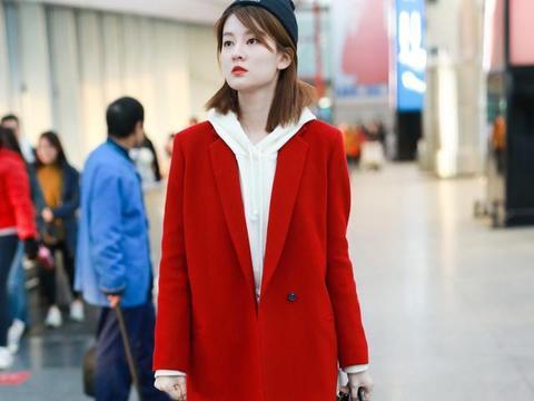 伊能静渴望时髦,穿红大衣走机场像贵妇,就是靴子压出褶减分了
