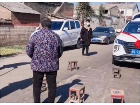 河南一群老人摆凳拦路,截停婚车要喜钱,拍摄者:习俗实在太赖了