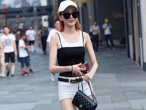 虽然都是热裤穿搭,但轻熟女人和青春女生,给人的感觉很不同