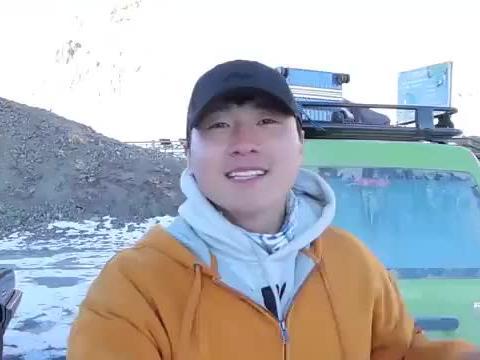 冬游西藏,冰天雪地,小伙开着彩色小面包车到达海拔五千多米垭口