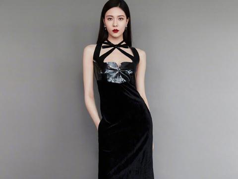 宋妍霏穿黑色丝绒裙拼接皮质背带,配大红唇优雅霸气