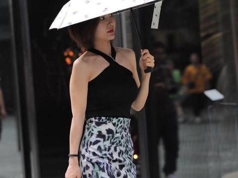 豹纹半身裙搭配黑色背心,做个温柔中透着野性的女人