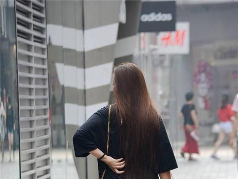 黑色T恤搭配一双米色的细高跟凉鞋,约会逛街都适用