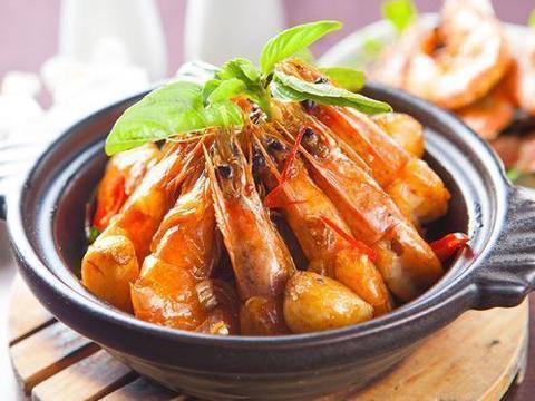 美食推荐:清蒸鲜虾,香菇油焖笋,如意紫菜蛋卷,鲜甜花甲豆腐煲