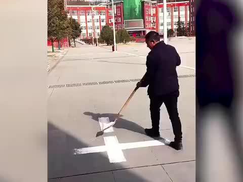 河南洛阳体育老师用铁锹写字如印刷机