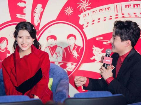 张杨果而挺孕肚出席微电影首映礼 与百克力幸福甜蜜吸引目光