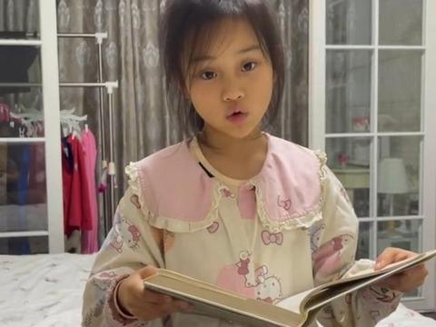 李小璐晒8岁女儿,甜馨被指黑眼圈重,卧室朴素窗帘显脏连衣柜都无