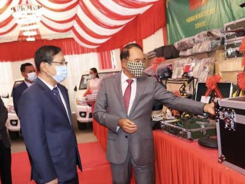 铁杆情谊浓!中国援助柬埔寨800万元扫雷物资