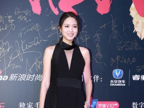 张梓琳穿v 领连体裤展露好身材,画着伪素颜妆,尽显大气的一面