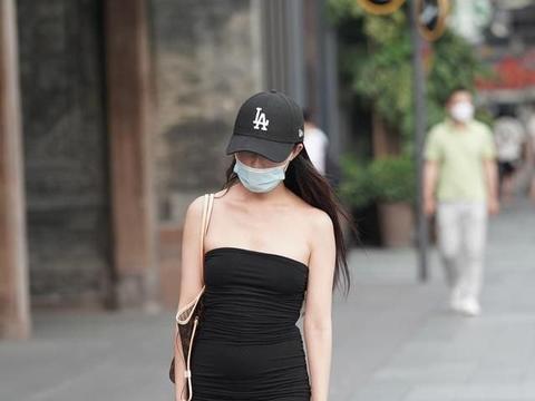 无袖露肩皱褶修身包臀裙,展现优雅身姿,彰显高贵气质