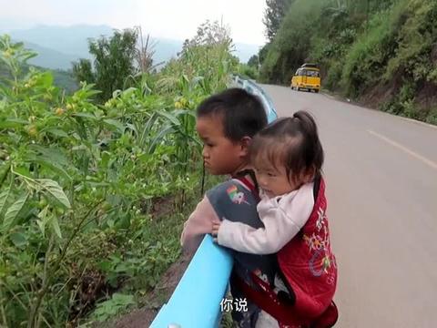 懂事得让人心疼,6岁哥哥背着1岁妹妹,陪妈妈在地里干农活