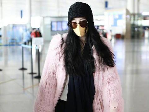 范冰冰最新机场路透,穿粉色皮草配雪地靴,39岁状态依旧少女