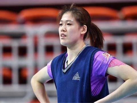 中国女排赛前训练照:朱婷半搂颜妮男友力爆棚,球迷:太有爱了!