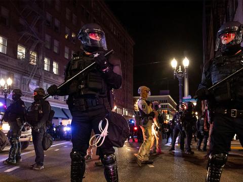 """波特兰市再度发生暴动:美国""""起义军""""围攻,战争纪念馆遭到破坏"""