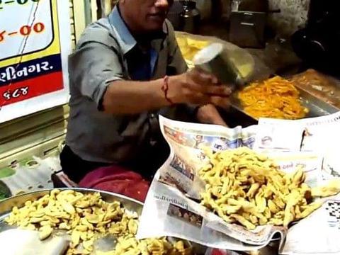 印度人狡辩厨艺是我国学的,看到过程游客笑了:我们可没有这做法