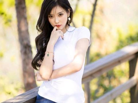 紧身短袖+牛仔裤,做个温柔又野性的女人