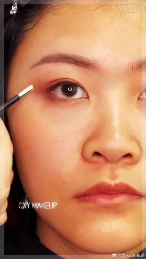 想尝试大眼浓妆的姐妹看过来,这个妆容可比心机妆好看!