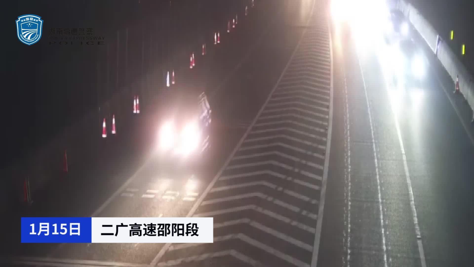 全责!小车走错路后违法变道、停车 后方大货车制动不及发生追尾
