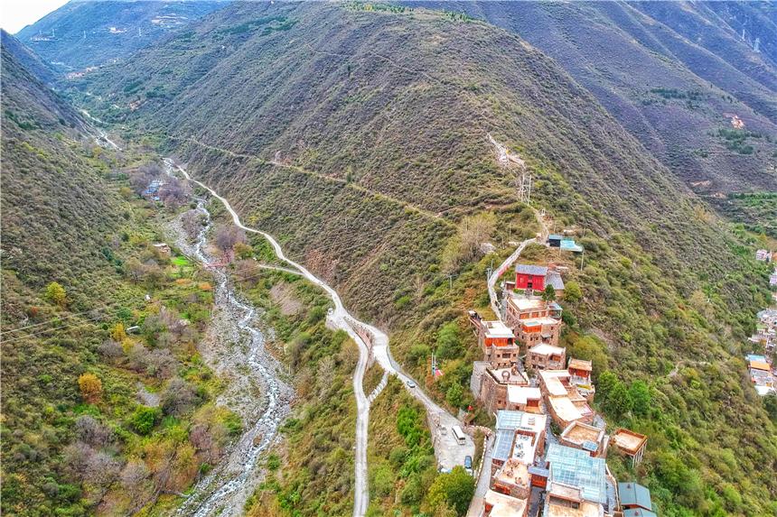 四川有仙气景点,位于2600海拔山脊上,被誉为第二布达拉宫