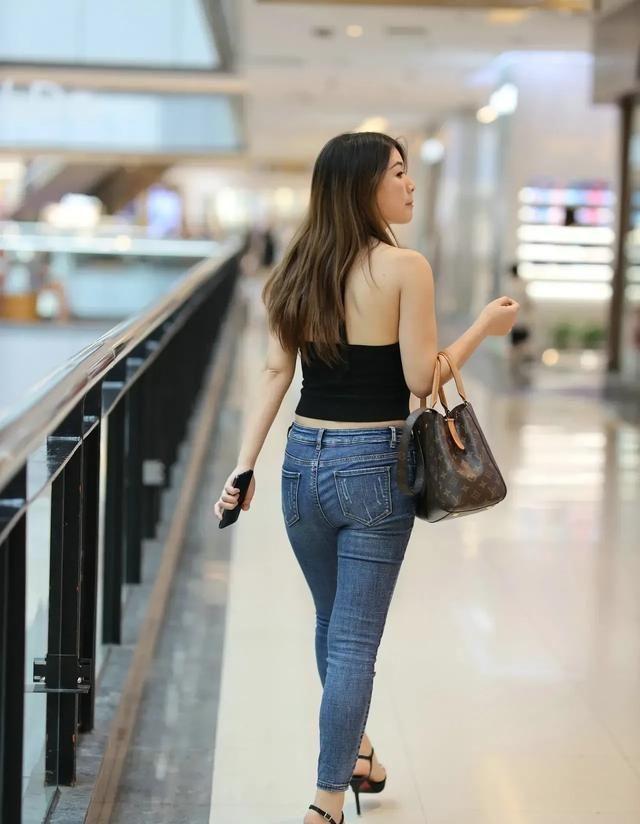 个子矮,屁股大的女生怎么穿搭牛仔裤?弹力牛仔裤腿部线条性感