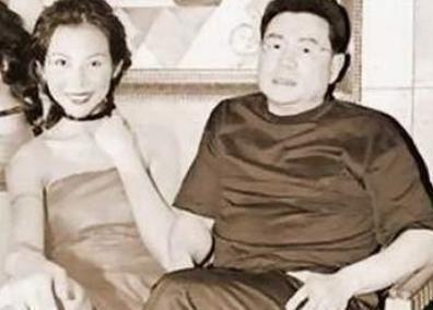 刘銮雄和甘比手牵手秀恩爱,甘比全身名牌却紧张得像个小媳妇