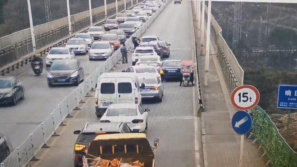 响田大桥东西双向 车行压力较大 东往西方向 发生交通事故……