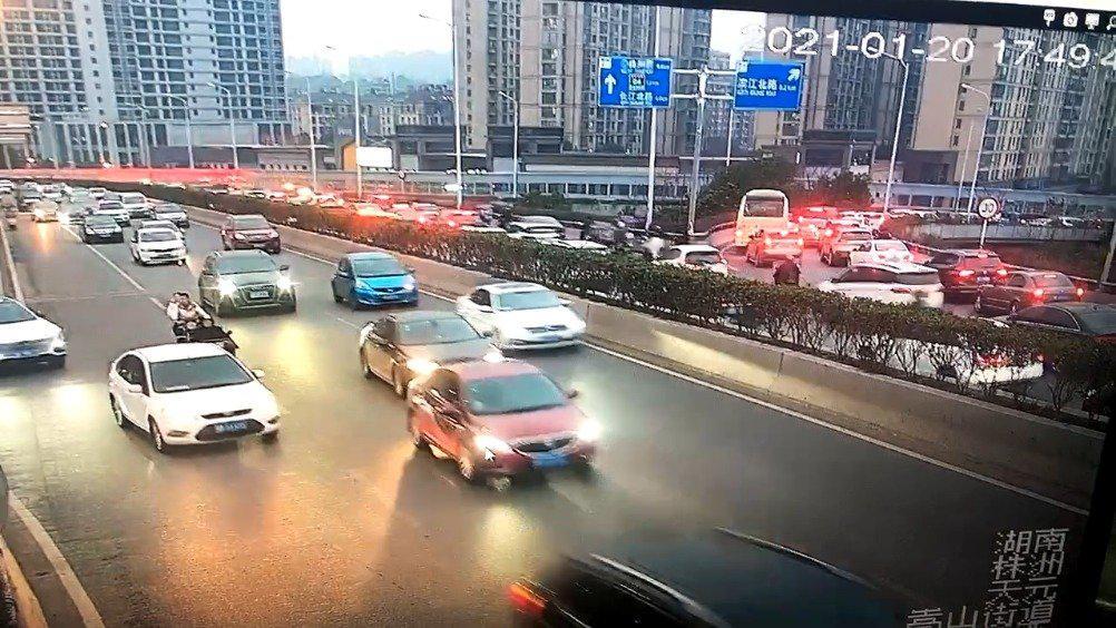 芦淞大桥东往西方向,河西下桥口位置车辆排队……