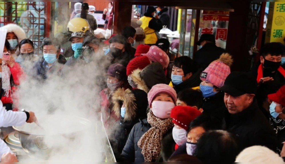 甘肃张掖:市民免费品尝腊八粥