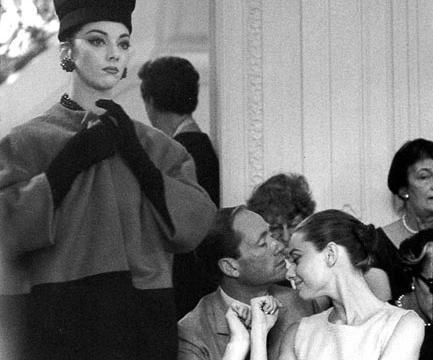 珍贵老照片  著名影星奥黛丽·赫本在巴黎参加迪奥时装秀