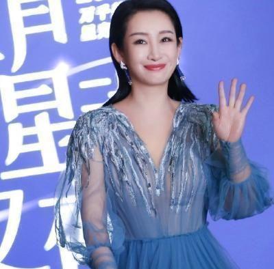 42岁秦海璐穿深V薄纱裙,大秀性感丰腴身材,相得益彰充满女人味