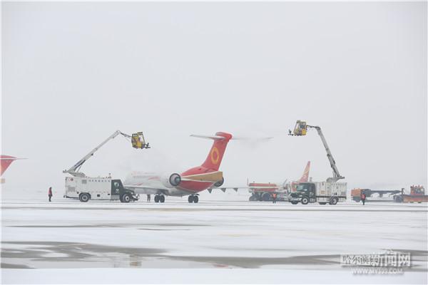 哈尔滨机场积极应对降雪天气 航班运行基本正常
