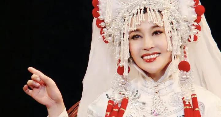 刘晓庆张纪中同框,话剧《赛金花》演至213场,肌肤状态引热议