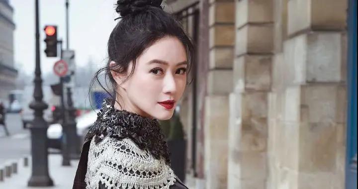 """田海蓉真是""""贵族脸"""",一身黑白灰打扮气质惊艳,处处透露着高级"""