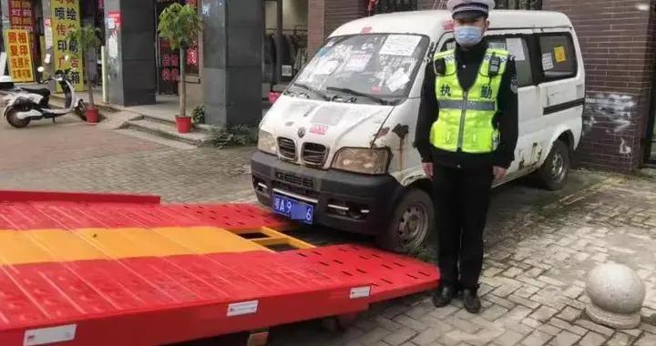 """武汉江夏交警清理""""僵尸车"""",还路于民保畅通持"""