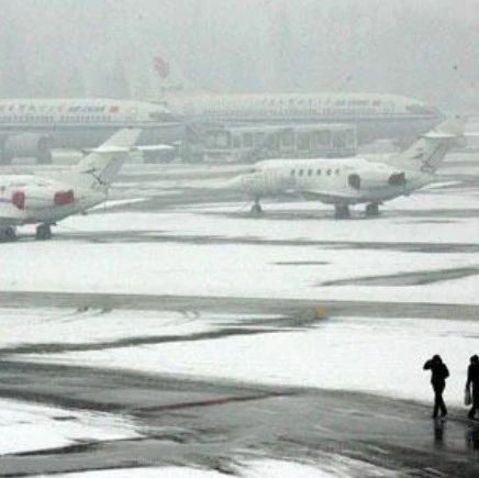 哈尔滨机场积极应对降雪天气
