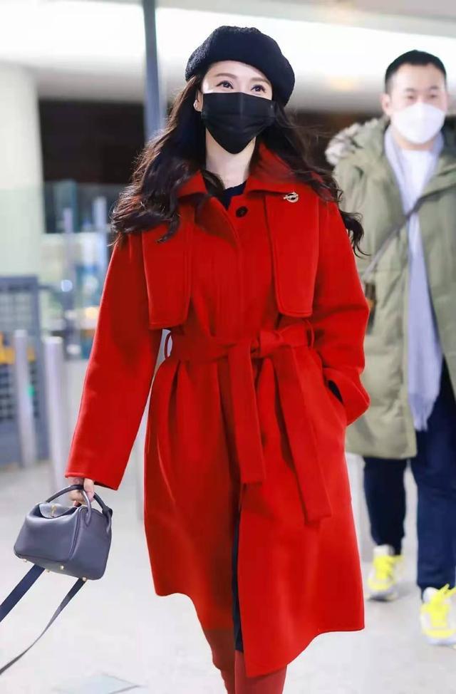 """52岁伊能静真是不服老,穿""""一身红""""搭贝雷帽走机场,看着就洋气"""