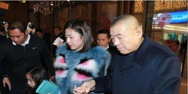 刘銮雄与甘比手牵手秀恩爱,女方一身名牌,面色红润略显紧张