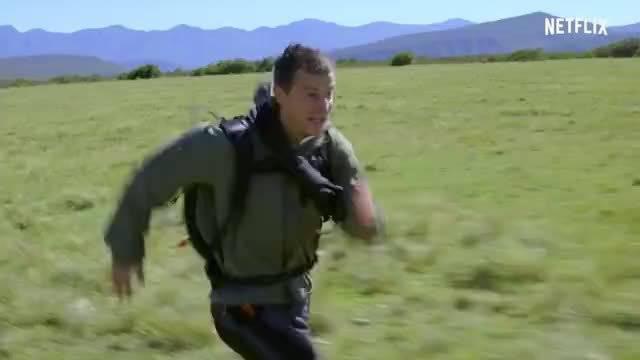 太强了吧!网飞和贝爷拍了部交互式电影《你的荒野求生:出逃的野兽》