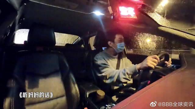 鹿晗边开车边唱歌,谁注意他唱了啥,充满童年回忆!