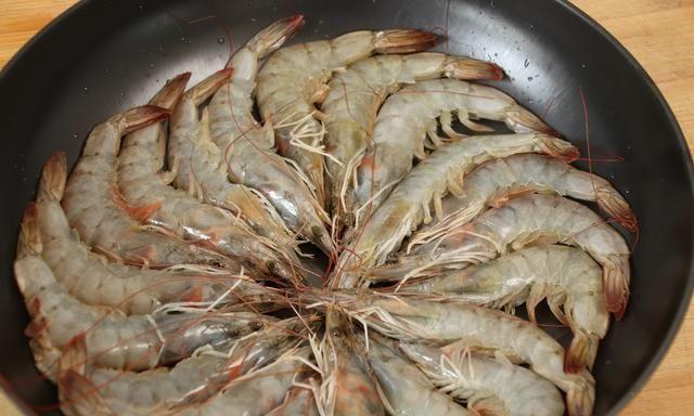 水煮虾,冷水下锅还是热水下锅?老渔民:弄错了,虾都白煮了