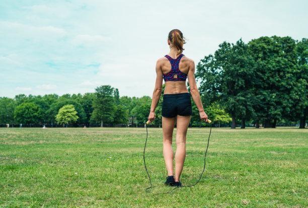 跳绳训练动作燃脂效果如何?跑步同为有氧训练,哪个会更好一些?