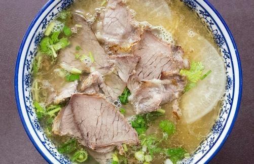 炖牛肉汤时,别再乱放调料了,牢记3个技巧,牛肉软烂,汤汁鲜美