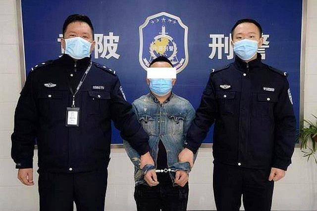 警方抓获一敲诈勒索嫌疑人,望着手上手铐,称悔不该当初