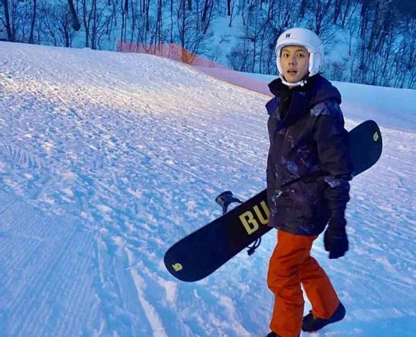 网友滑雪场偶遇陈伟霆,陈伟霆亲和合影,谢霆锋只能充当摄影师?