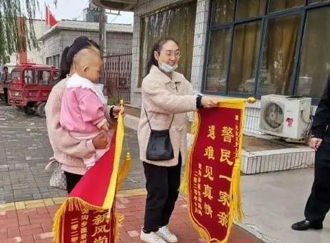 开封市杞县:双方锦旗感谢交警的帮助