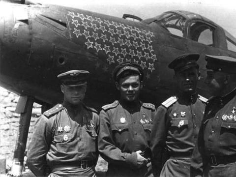 五名美国人从天而降,遭到日军追捕,却被中国军民所救