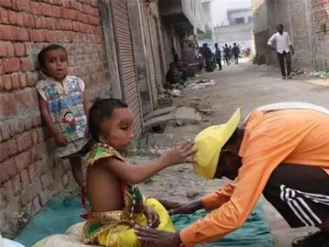 """印度6岁男孩被称""""象头神""""转世,连父母都跪拜,网友:这娃毁了"""