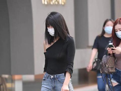简单的破洞牛仔裤,显得非常的清爽和大气,展示十足的休闲风