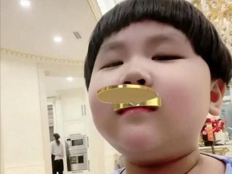 郭德纲老婆罕晒6岁小儿子,豪宅意外曝光,网友:金碧辉煌像皇宫