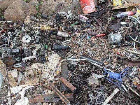 一个被人嫌弃的拾荒者他用废品打造了这个,最后被记者主动找上门